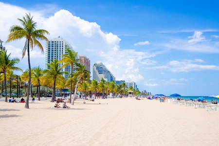 People enjoying the beach at Fort Lauderdale in Florida on a summer day 版權商用圖片 - 49643922