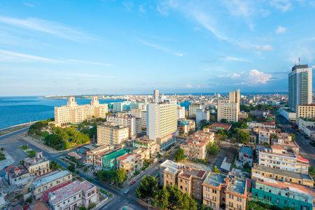 Vista aérea de la ciudad de La Habana incluyendo el Vedado y varias atracciones turísticas