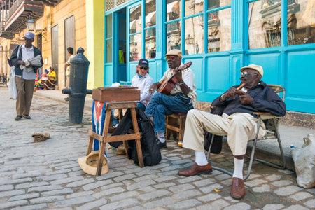 올드 하바나의 거리에서 전통 음악을 연주하는 시니어 쿠바 남자