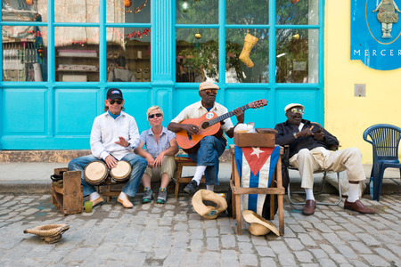 Senior cuban men playing traditional music in the streets of Old Havana 報道画像