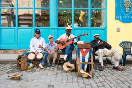 Hombres cubanos mayores que juegan música tradicional en las calles de La Habana Vieja Foto de archivo - 51106989