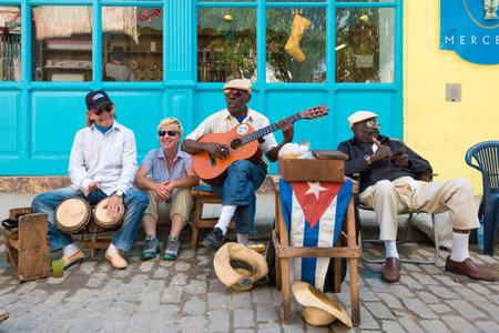 hombres cubanos mayores que juegan música tradicional en las calles de La Habana Vieja Editorial
