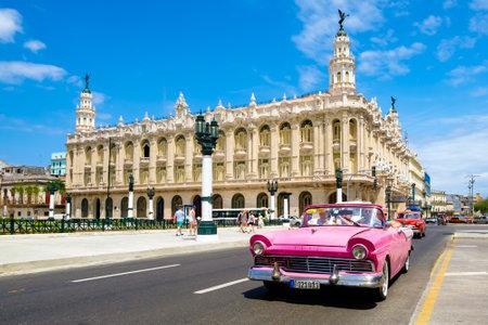 Klasyczny samochód zabytkowy obok pięknego Wielkiego Teatru w Hawanie w centrum miasta