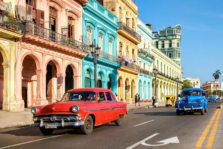 하바나, 쿠바 - 5 월 26,2016 : 오래 된 자동차와 올드 하바나에서 화려한 건물과 거리의 풍경 스톡 콘텐츠