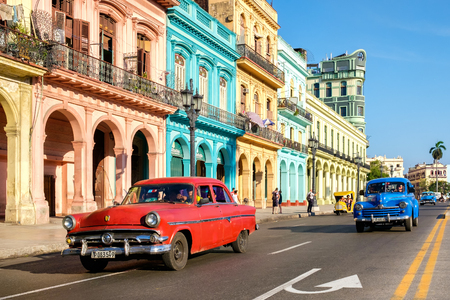 HAVANA,CUBA - MAY 26,2016 : Street scene with old cars and colorful buildings in Old Havana Standard-Bild