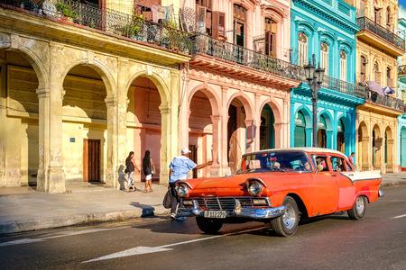 Vista de una calle con edificios de automóviles y coloridos viejos en La Habana Vieja Foto de archivo - 59196824