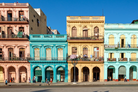 Street scene with old cars and colorful buildings in downtown Havana 版權商用圖片 - 59196837