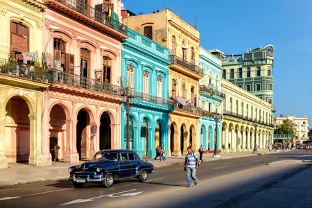 Scène de rue avec des bâtiments colorés et vieille voiture américaine dans le centre de La Havane Banque d'images - 59196846