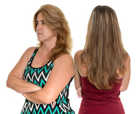problemas familiares: Los problemas familiares, conflictos Adolescente - La madre y su hija adolescente enojados el uno al otro - aislados en blanco