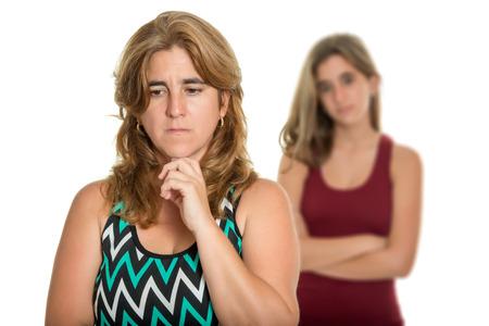 problemas familiares: Los problemas familiares, conflictos Adolescente - madre triste y preocupado y su hija adolescente - aislado en blanco