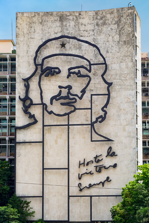 che guevara: Government building besides the Revolution Square in Havana  with a famous Che Guevara image and revolutionary slogan