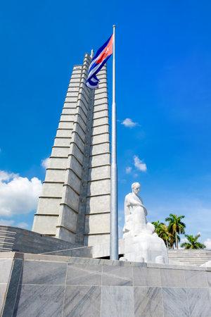 bandera de cuba: Monumento y la bandera cubana en la Plaza de la Revolución en La Habana en un hermoso día de verano
