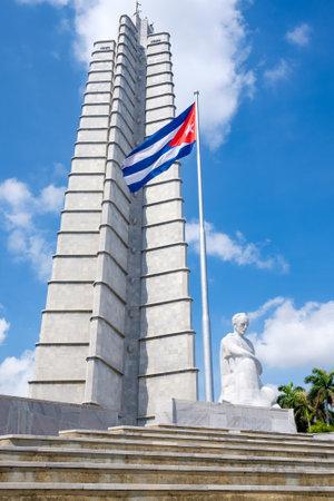 bandera cuba: El monumento de José Martí y una bandera cubana en la Plaza de la Revolución en La Habana