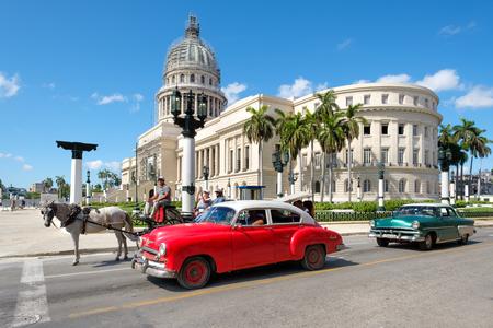 시내 하바나의 국회 의사당 옆에 오래 된 클래식 자동차 스톡 콘텐츠