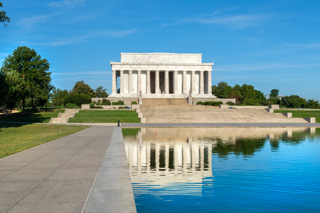 lincoln memorial: The Lincoln Memorial in Washington D.C. and the nearby reflecting pool