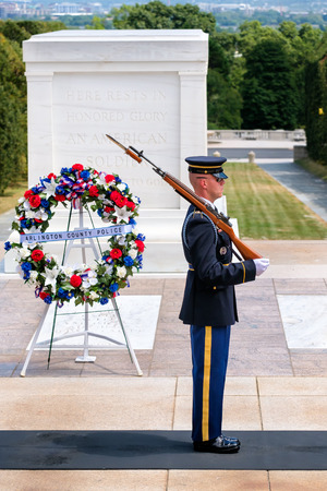Ceremonial guard at the Tomb of the Unknown Soldier at Arlington National Cemetery Редакционное