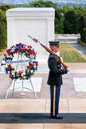 guardia ceremonial en la tumba del soldado desconocido en el cementerio nacional de Arlington