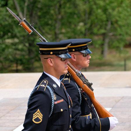 Cambio de guardia en la tumba del soldado desconocido en el cementerio nacional de Arlington