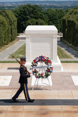 Ceremonial Wache am Grab des Unbekannten Soldaten auf dem Arlington National Cemetery Standard-Bild - 63543113
