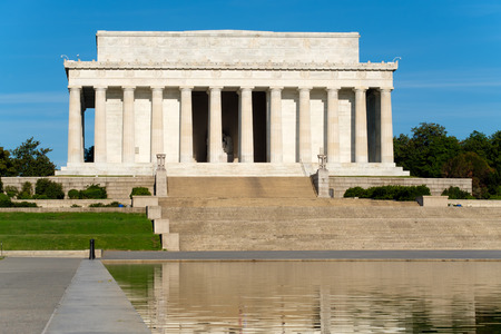 lincoln memorial: The Lincoln Memorial in Washington D.C. and its reflection on the famous nearby pool
