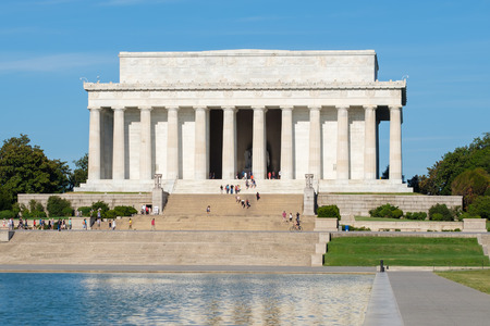 lincoln memorial: The Lincoln Memorial and the reflecting pool in Washington D.C.