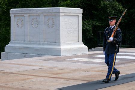 guardia ceremonial en la tumba del soldado desconocido en el cementerio nacional de Arlington Editorial