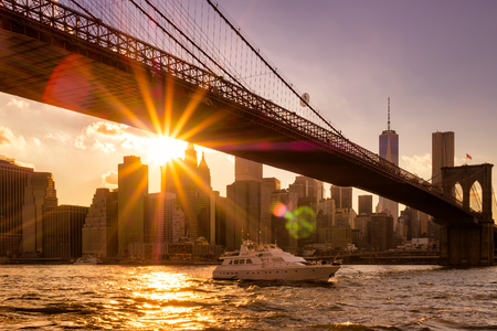 Zonsondergang in New York City met een uitzicht op de Brooklyn Bridge en Lower Manhattan