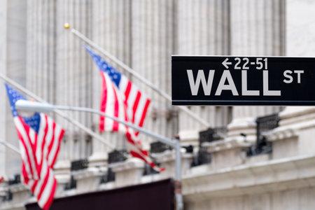 bolsa de valores: Muestra de calle de pared con la Bolsa de Nueva York y banderas americanas en el fondo Editorial