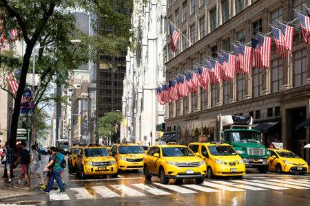 Les taxis jaunes à côté de la cathédrale Saint-Patrick et Saks Fifth Avenue à New York