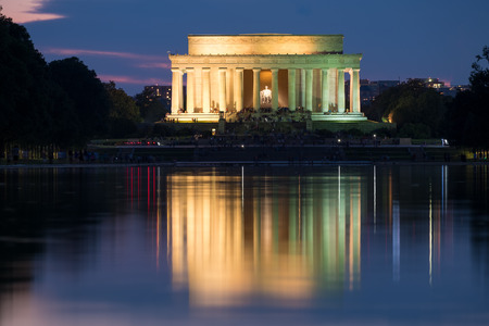 lincoln memorial: The Lincoln Memorial in Washington D.C. illuminated at night with reflections on the famous nearby pool Stock Photo