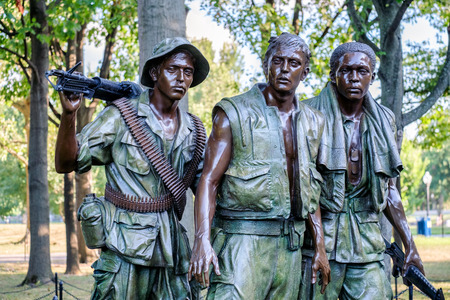 The Three Soldiers statue commemorating the Vietnam War at the National Mall in Washington D.C. Редакционное