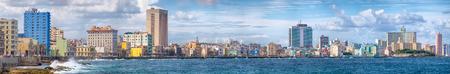 Alta resolución vista panorámica de la ciudad de La Habana y de la famosa avenida junto al mar Malecón Foto de archivo