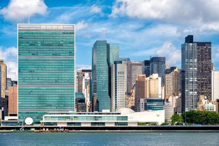 naciones unidas: El edificio de la Sede de las Naciones Unidas en el centro de Manhattan, Ciudad de Nueva York en un hermoso día de verano