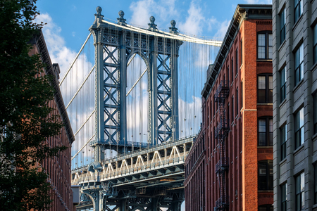 manhattan bridge: Famous view of the Manhattan Bridge and a Brooklyn street sidelined by old red brick buildings in New York City