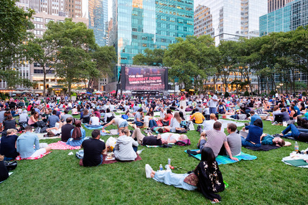 Newyorkers와 브라이언트 파크 여름 영화 축제를 즐기는 관광객