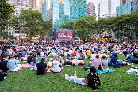 Newyorkers y turistas que disfrutan del Festival de Cine de Verano Bryant Park Editorial