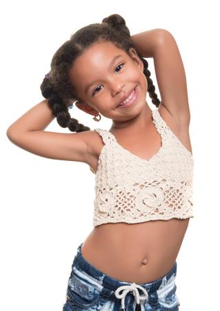 niños negros: Retrato de una niña africana americana pequeña linda aislados en un fondo blanco