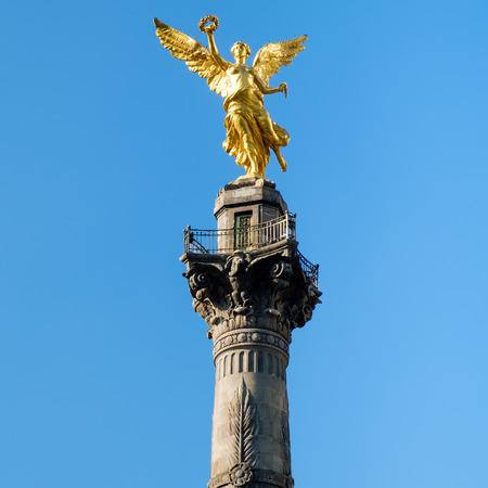 멕시코 시티의 상징 인 푸른 하늘 배경을 가진 독립의 천사