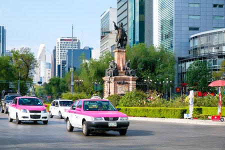 paseo: Street scene next to the Columbus Monument at Paseo de la Reforma in Mexico City