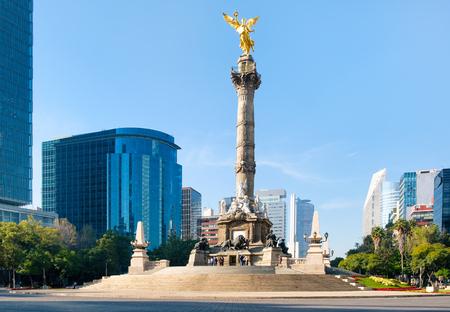 El Ángel de la Independencia y el Paseo de la Reforma en la Ciudad de México Foto de archivo