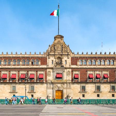멕시코 시티의 조 칼로 옆에있는 국립 고궁