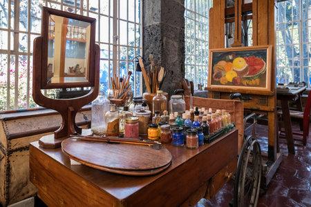 Frida Kahlo 페인팅기구는 멕시코 시티의 Coyoacan에있는 Frida Kahlo Museum에서 전시됩니다.