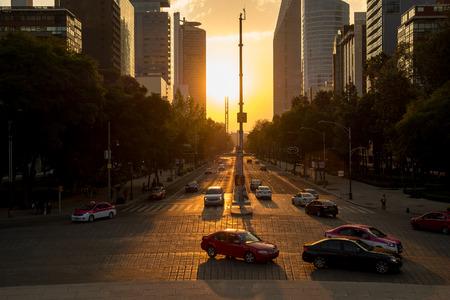 Paseo de la Reforma에서 교통 및 건물의 전망이있는 멕시코 시티의 일몰 스톡 콘텐츠