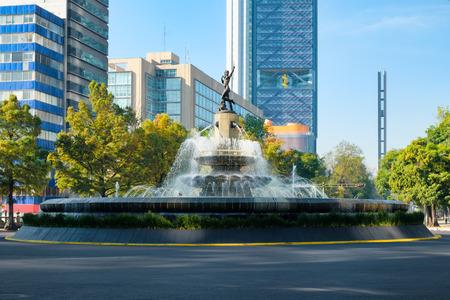 멕시코 시티의 Paseo de la Reforma에있는 Dunt the Huntress 분수 스톡 콘텐츠