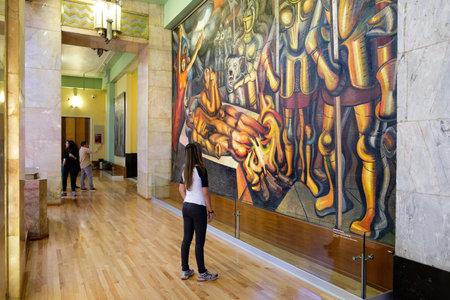 Visiteur admirant une célèbre peinture murale de David Alfaro Siqueiros au musée du Palacio de Bellas Artes à Mexico Éditoriale