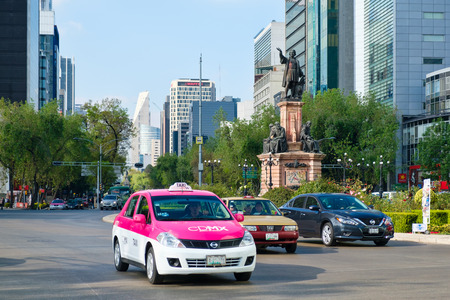 Street scene at Paseo de la Reforma in Mexico City near the Christopher Columbus statue Редакционное