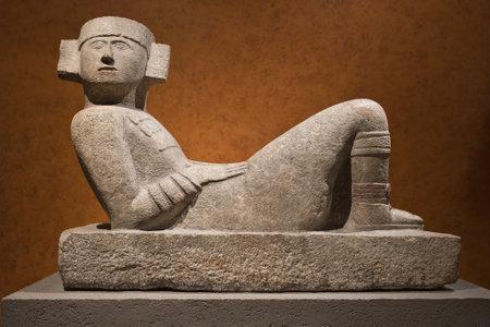 멕시코 시티의 국립 인류학 박물관에서 Chac-Mool로 알려진 Pre-Columbian mesoamerican stone statue 에디토리얼