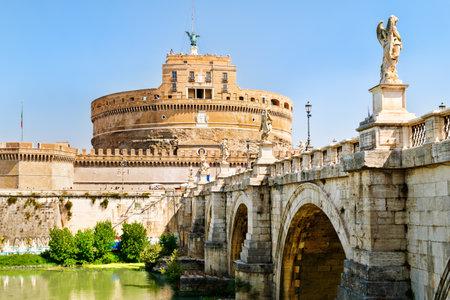 サンタンジェロ城とサンタンジェロ ローマのテベレ川を渡る 報道画像