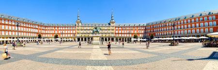フェリペ 3 世の騎馬像と中央のマドリードのマヨール広場のパノラマ ビュー