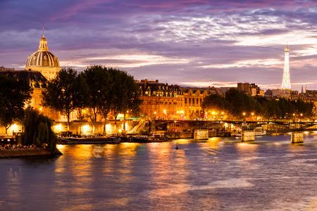 パリのセーヌ川を望む美しい夕日 写真素材
